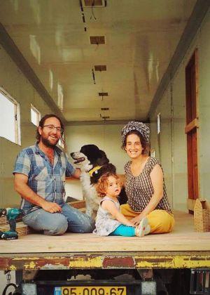 עף להם הסכך: הזוג שבחר לגור על גלגלים   פרויקט חג