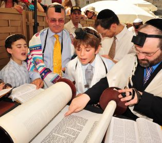 יהדות, על סדר היום נער חילוני קורא בבר מצווה כדי לשמר את נעימת הזהות