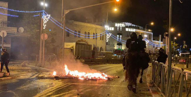 תיעוד מחריד: ערבים ביצעו לינץ' ביהודי ושרפו את רכבו