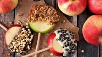 אוכל, מתכוני פרווה הנשנוש המושלם: תפוח בשוקולד על מקל